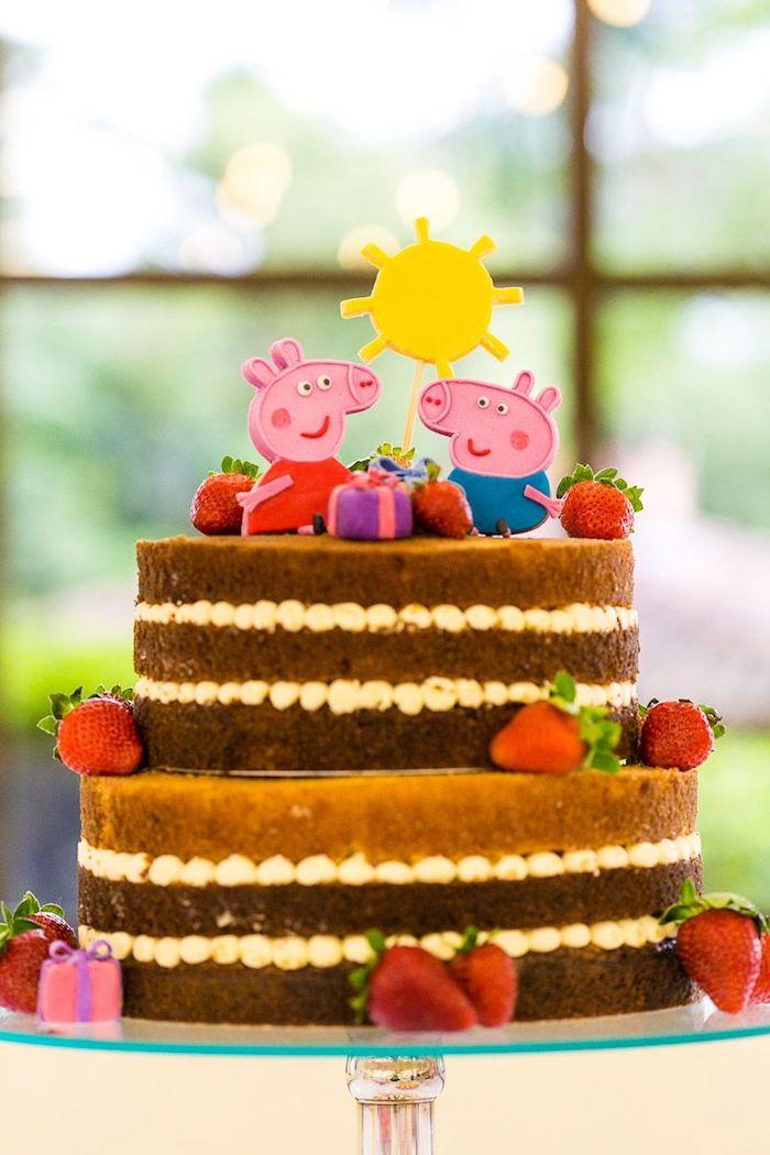 Gateau nu à la guimauve décoré de fraises, cochon figurine photo gateau peppa pig et son frère, gateau anniversaire 3 ans