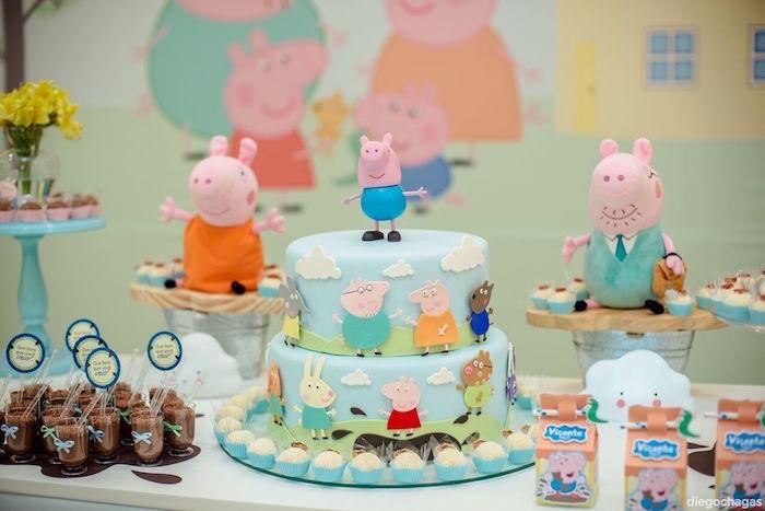 Pâte à sucre bleu gateau anniversaire peppa pig, idée gateau de couches, enfant anniversaire table décoration