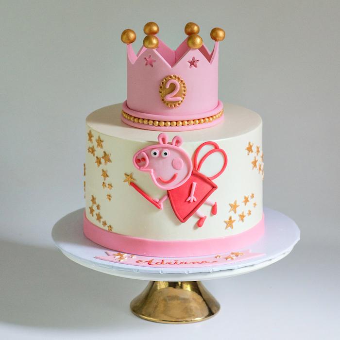 Couronne de pâte à sucre rose et blanc, idée deco gateau peppa pig, gateau anniversaire 2 ans