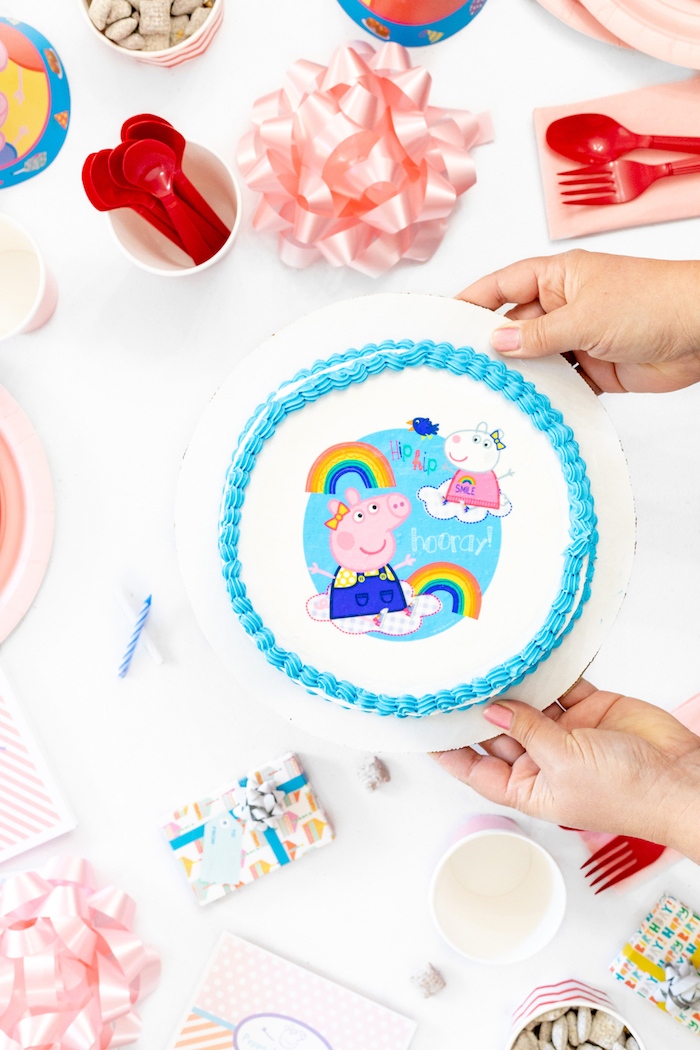 Simple gateau avec dessin peppa pig avec son frère, gateau anniversaire 2 ans thème cochon arc en ciel