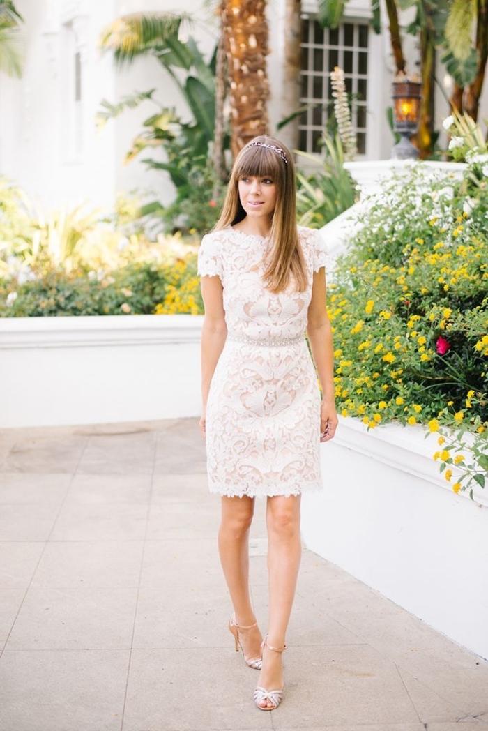idée de tenue mariage femme 50 ans en robe dentelle blanc et nude assortie avec chaussures hautes et diadème cristaux