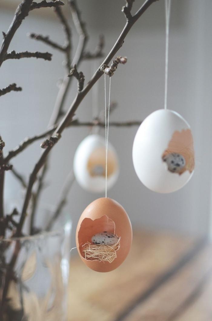 decoration paques facile avec oeufs vidés et suspendus, DIY bouquet de branches décorés de figurines de Pâques