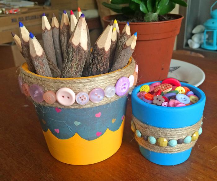 decoration de pto de fleur transformé en pot à crayon diy, bricolage avec ficelle de chanvre et boutons colorés et peinture acrylique