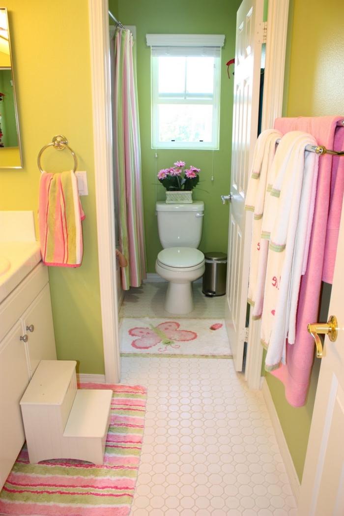 modele de salle de bain verte et jaune avec accents en rose, idée décoration salle d'eau et toilettes pour enfant