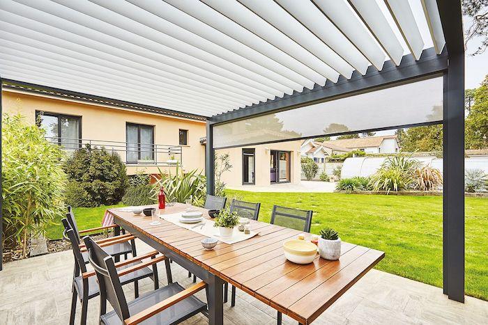 aménagement pergola bioclimatique pour coin repas en plein air, exemple pergola adossée à une maison contempiraine