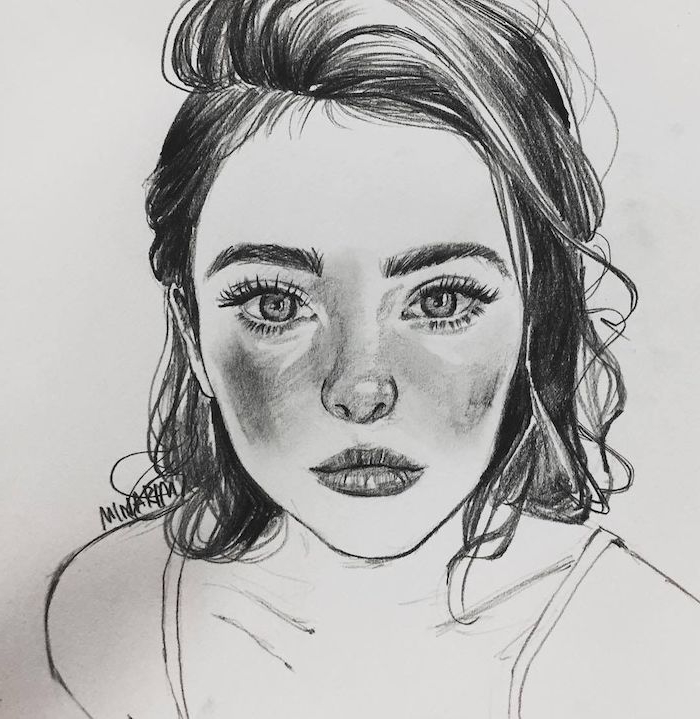 dessin facile a faire pour debutant, image fille dessinée au crayon avec coupe carré avec mèche sur le coté, bouches et des yeux expressifs