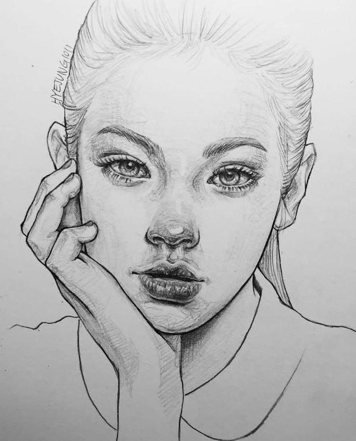 dessin fille aux cheveux attachés en queue de cheval, bouche et nez soulignés et des yeux réalistes