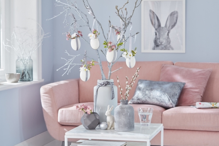design intérieur cocooning dans un salon bleu aménagé avec canapé rose et objets déco gris, idée de decoration paques facile