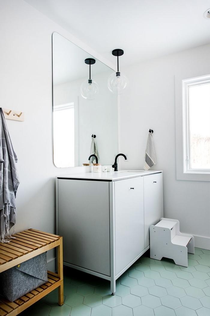 exemple comment décorer une salle de bain contemporaine aux murs blancs avec carrelage vert et meubles bois