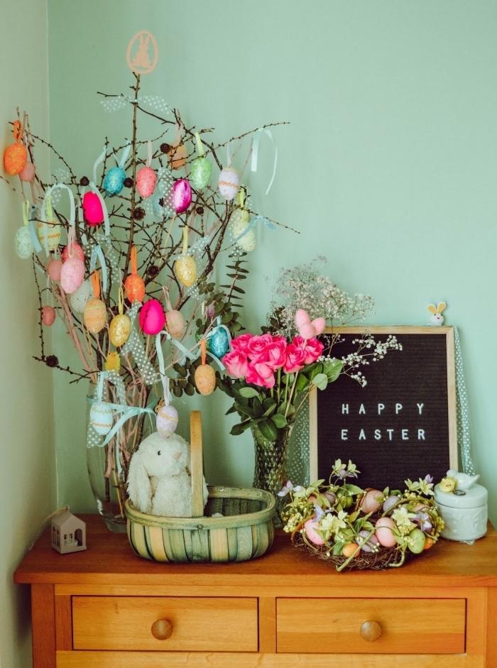 exemple de deco de paques facile pour intérieur, modèle arbre DIY en branches dans un vase verre avec oeufs suspendus