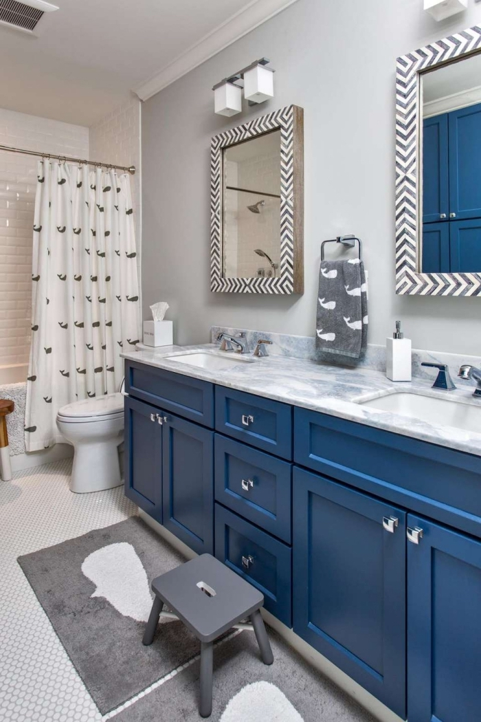 pinterest salle de bain aux murs gris clair aménagée avec armoires bleu et comptoir aspect marbre, déco salle de bain avec cabine