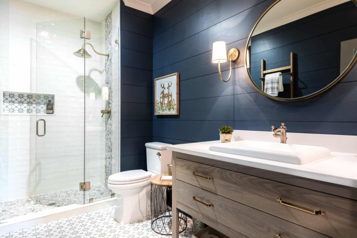 amenagement salle de bain moderne aux murs foncés avec meubles en bois, décoration salle d'eau avec cabine de douche