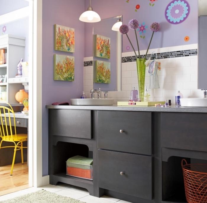 salle de bain deco en couleurs vives pour enfant, design salle d'eau aux murs violet avec crédence en carreaux blancs