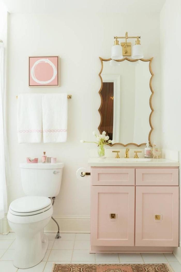 decoration petite salle de bain pour fille, aménagement salle d'eau blanche avec meubles rose pastel et accents or