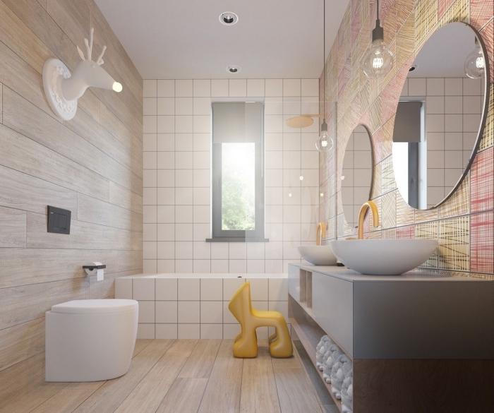 idée de deco salle de bain enfant moderne aux murs en carrelage aspect bois clair et baignoire en carrelage blanc