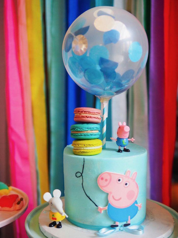 Ballon gonflable sur le top de gateau garcon anniversaire, idée bleu gateau anniversaire enfant figurine George Cochon, image gateau anniversaire peppa
