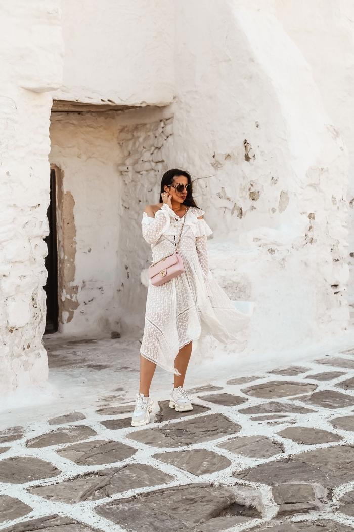 robe boheme blanche aux épaules dénudées assortie avec baskets blanches, exemple que porter sous une robe transparente blanche