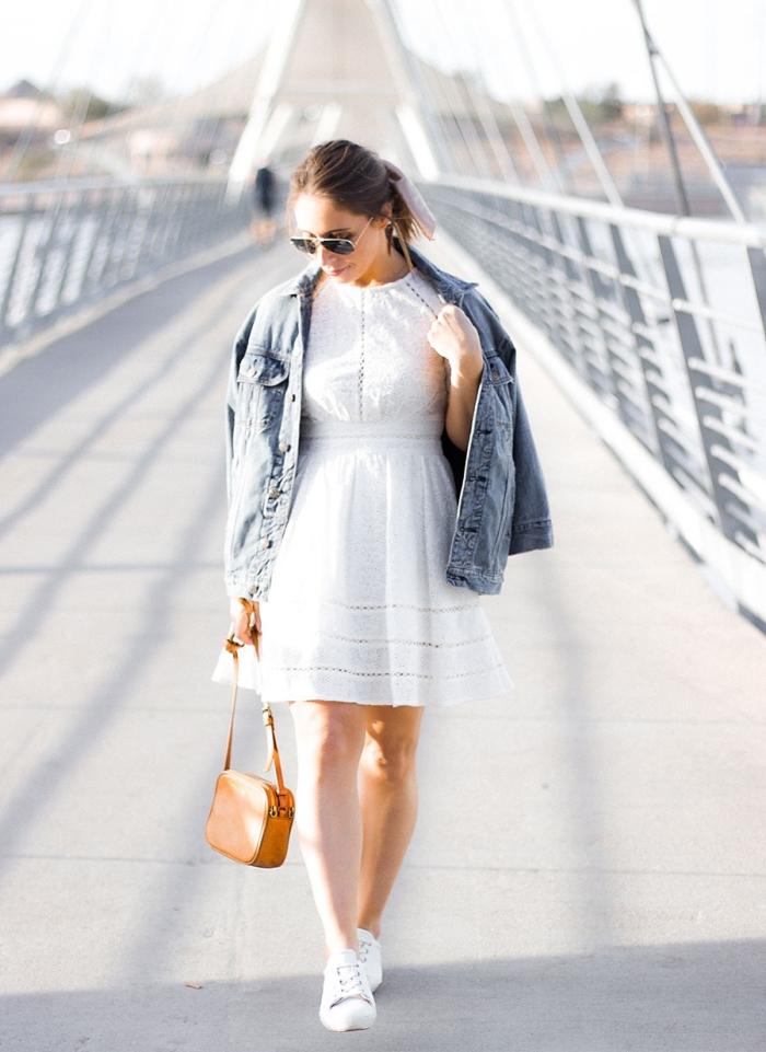 tenue blanche femme chic en robe dentelle courte et baskets blanches, comment porter une veste en denim avec robe