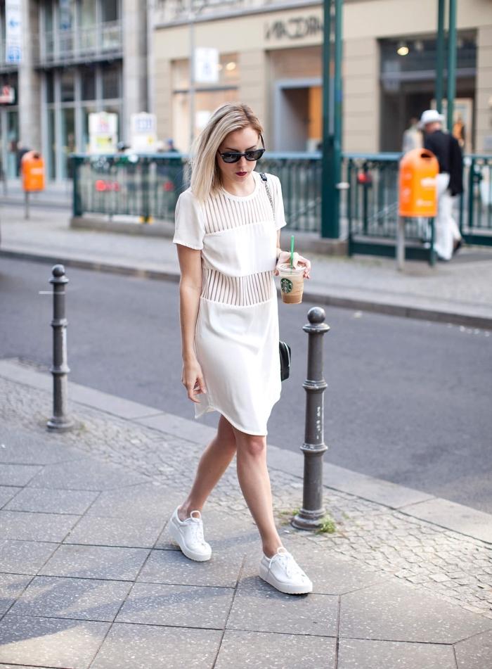 comment bien s'habiller femme, exemple de tenue en robe femme habillée blanche portée avec baskets blanches