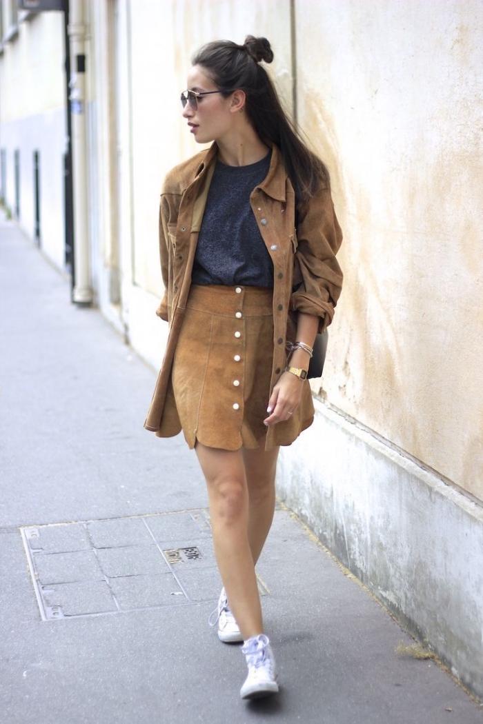 comment porter la jupe courte en suède de style rétro chic, idée de tenue année 70 en jupe et veste en suède