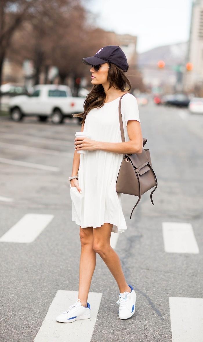 exemple de tenue blanche femme de style casual chic en robe fluide mi longue et paire de baskets femme blanches