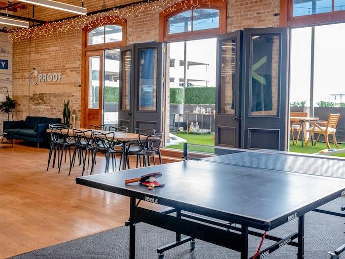 Les tendances d'aménagement de bureau à connaître en 2020, coin jeux et repos pour les employés heureux, guirlande lumineuse, grandes portes fenetres lumière de jour