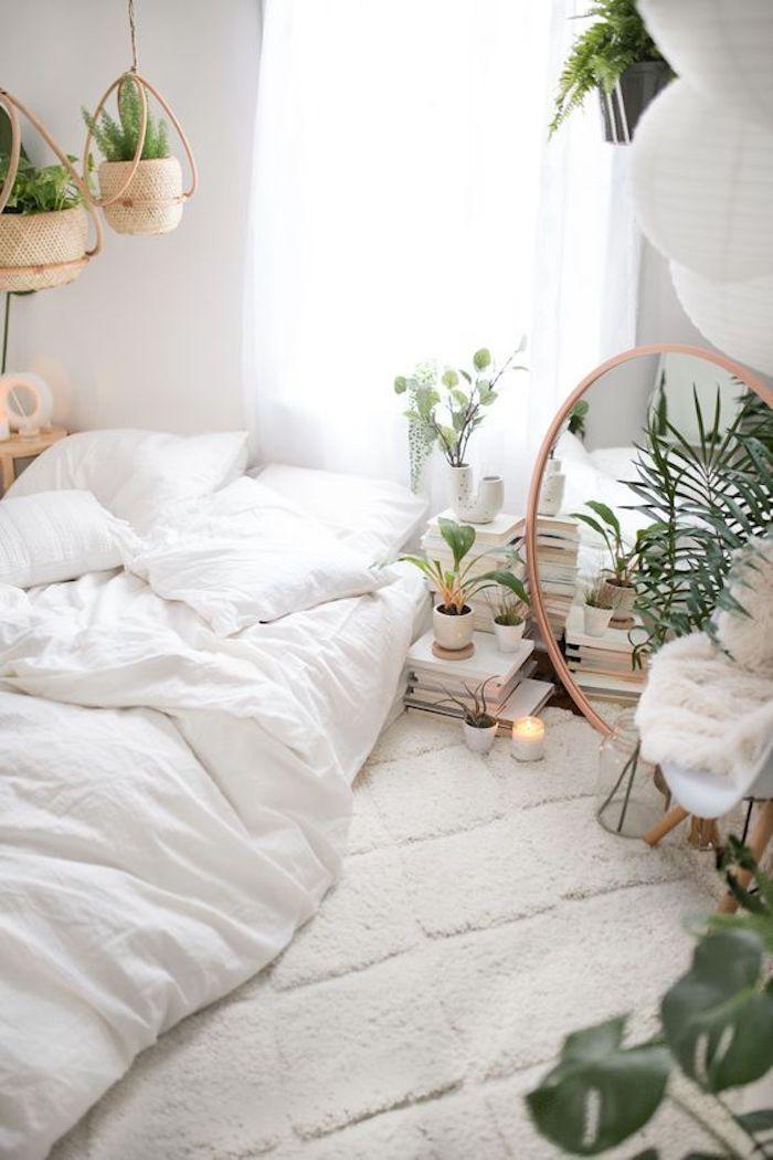Blanche chambre style scandinave, idée plante d'appartement pour la chambre à coucher, deco jungle, miroir ronde