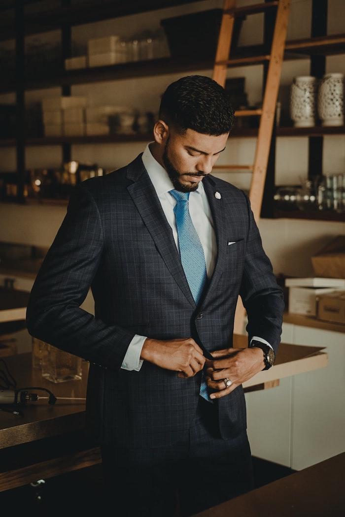 Homme costume de mariage avec cravate bleu claire, idée tenue classe pour homme, style vestimentaire homme