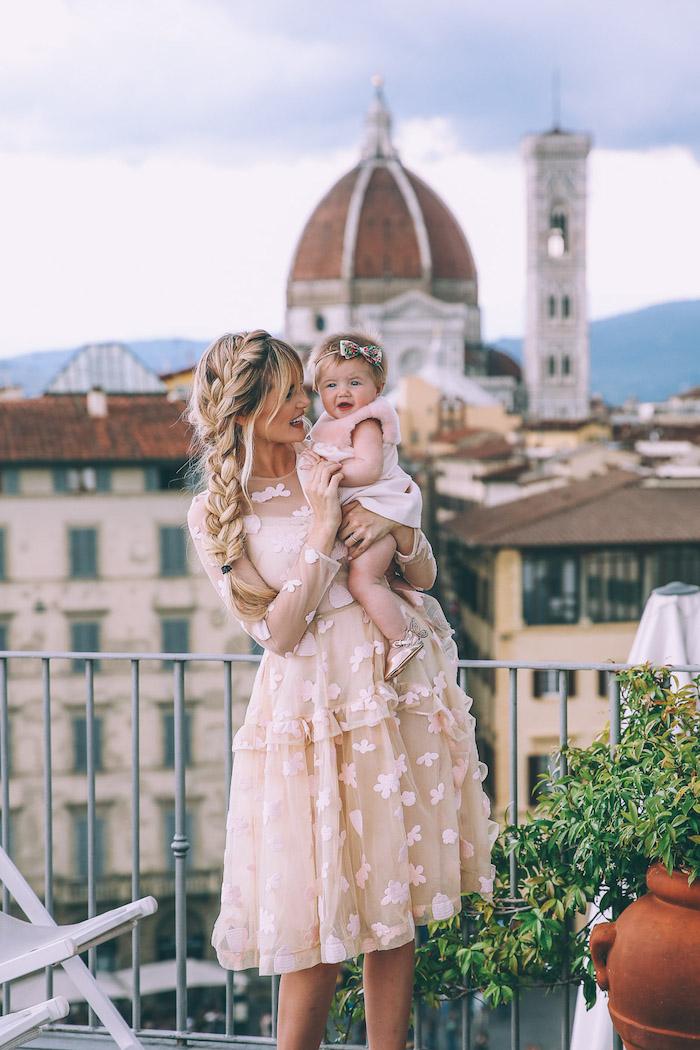 Belle tenue mère-fille robes identiques roses en dentelle, vêtements assortis mère fille photo Florence cathedrale