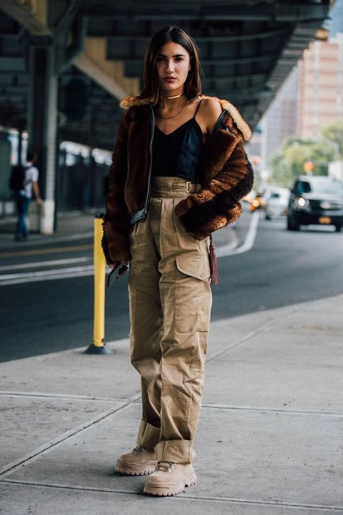Cargo pantalon, veste fausse fourrure, chaussure année 90 et tenue vintage femme idée inspiratrice