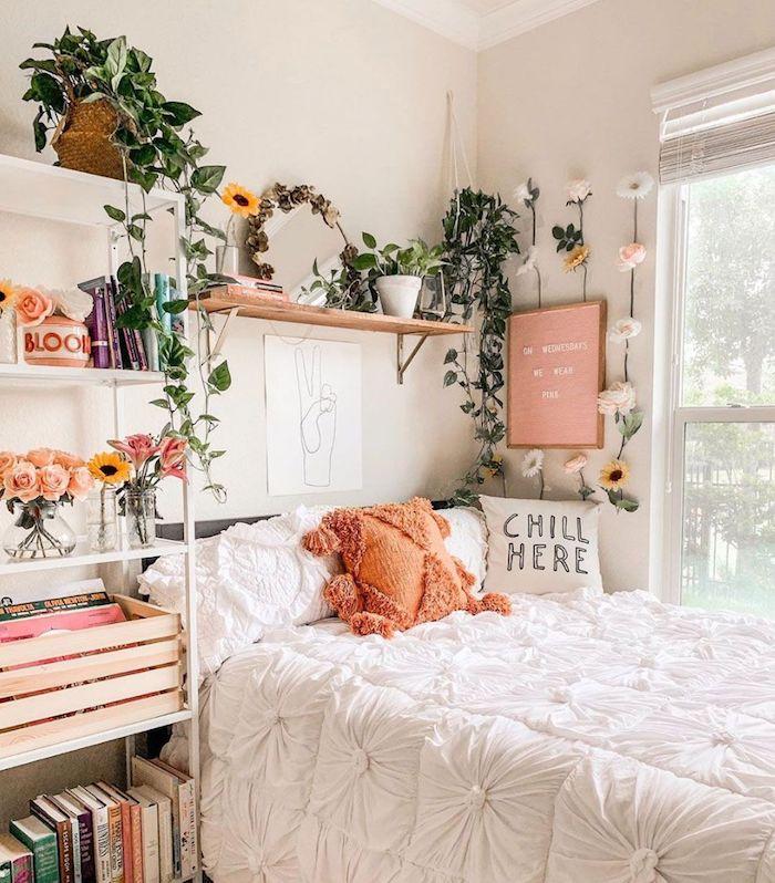 Étagère de rangement avec fleurs dans vases et plantes vertes, plante chambre bohème chic déco, plante pour chambre à coucher