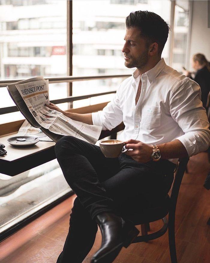 Homme stylé habillé en chemise blanche et pantalon noir association classique, tenue classe homme, style vestimentaire homme