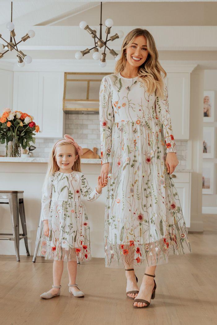 Robe dentelle avec fleurs brodés pour mère et fille miniature version de la meme robe, tenue mere fille, cool idée de cadeau d'anniversaire