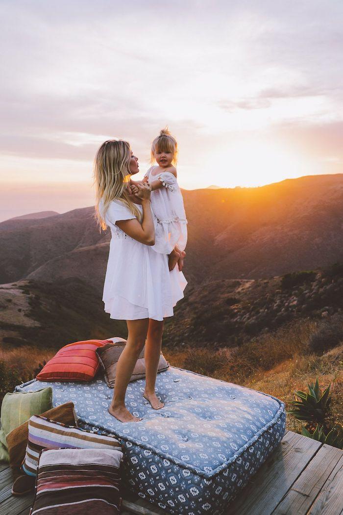 Coucher de soleil photographie famille, belle robe mere fille blanche coordonnées tenues, photos parfaitement harmonieuses
