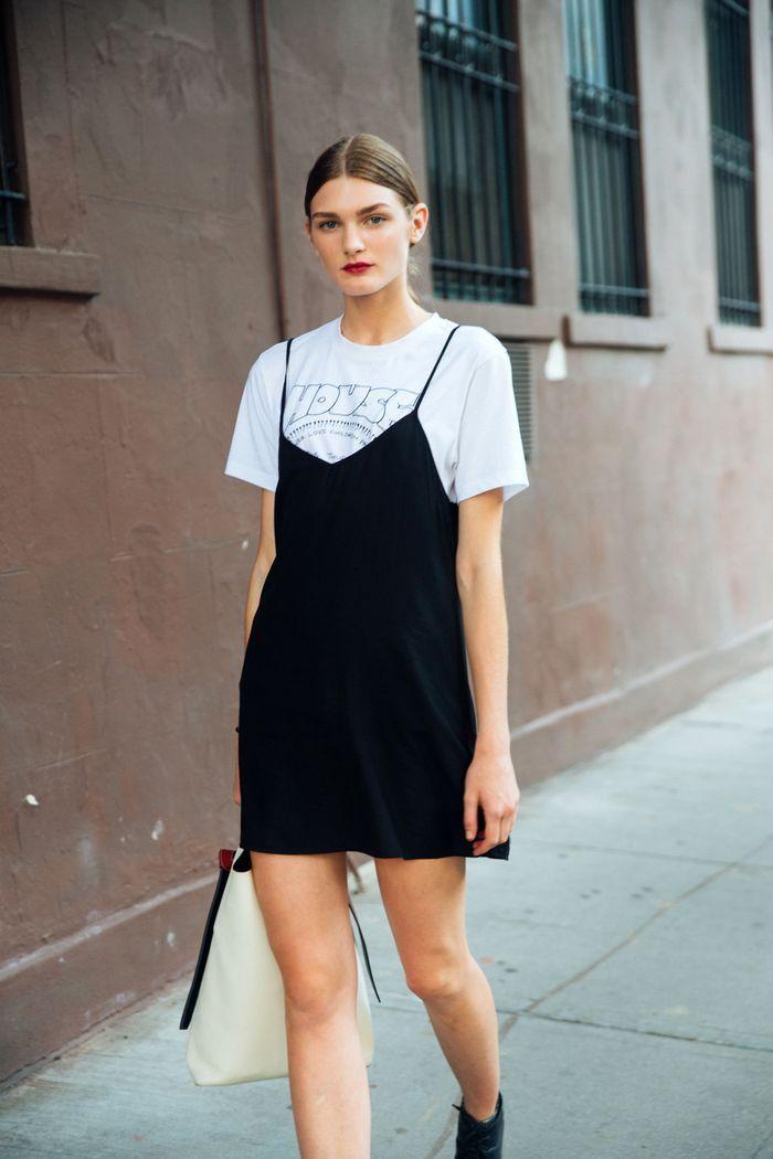 T-shirt et robe debardeur, idée comment s'habiller aujourd'hui look années 90 pour soirée, s'habiller bien au style années 90 femme