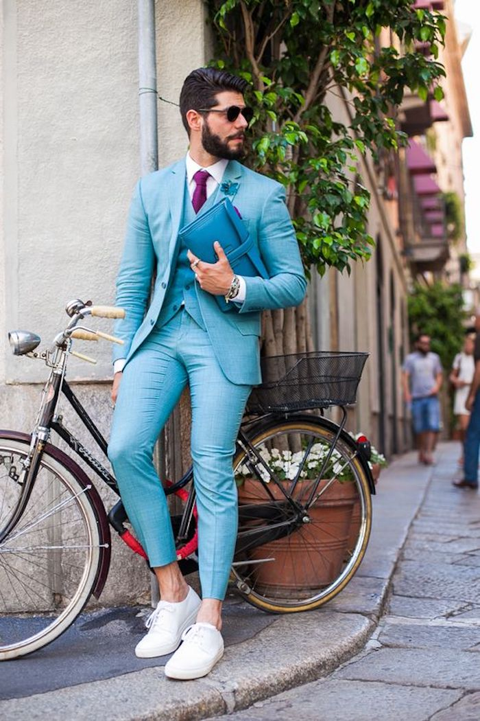Costume bleu claire avec basket blanc, idée style vestimentaire homme, tenue classe pour homme bicyclette noir rétro