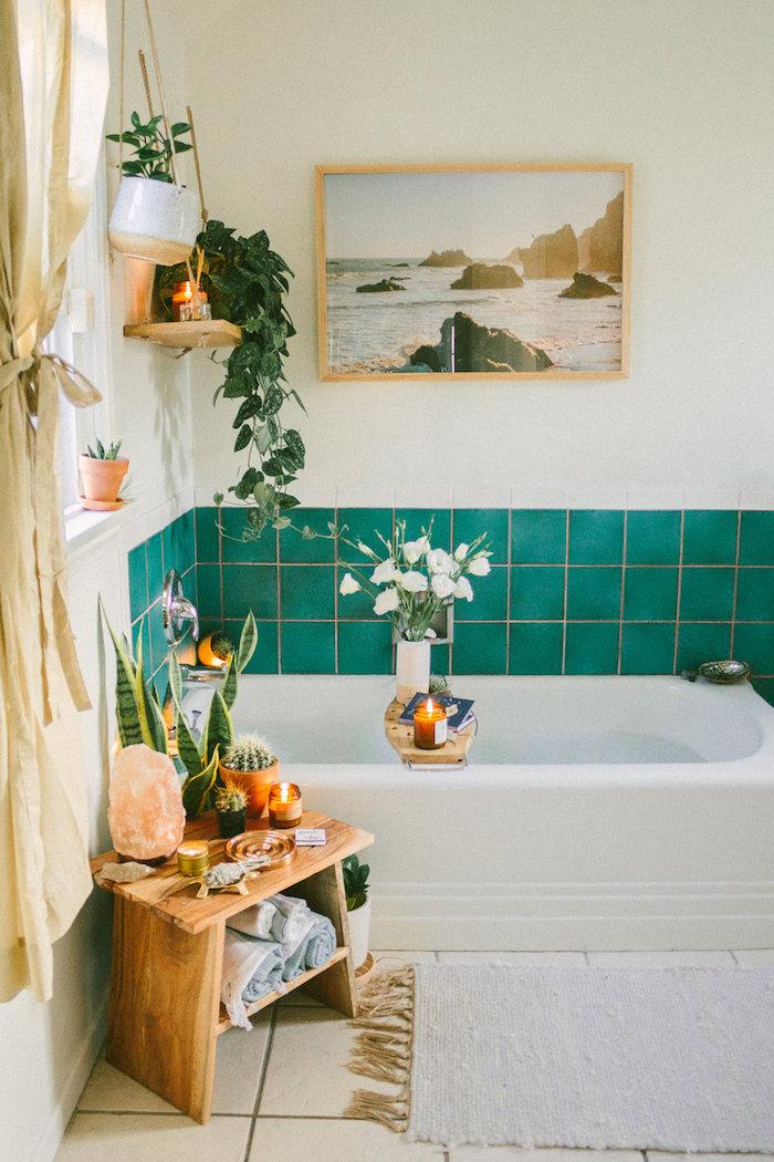 Photo océan et roches, idee salle de bain, décoration murale salle de bain moderne en bleu-vert, vase avec fleurs blanches