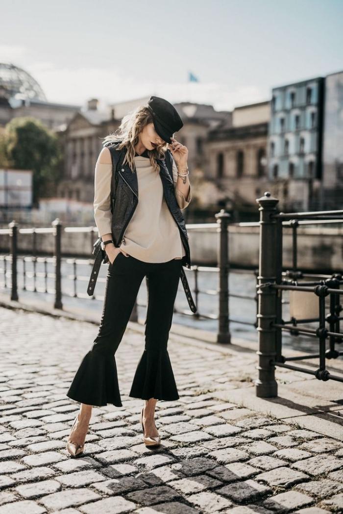 look année 70 en version moderne avec pantalon à patte d'éléphant noir et blouse beige assortis avec paire de chaussures hautes