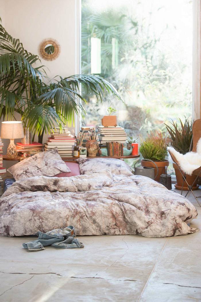 Palmier interieur dans une chambre bohème, matelas sur le sol, plante dans une chambre, chouette plante d'intérieur
