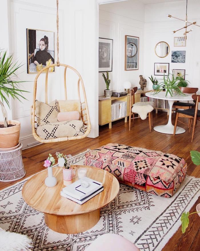 Balancoire bois et coussins, plante interieur dépolluante, plante pour chambre a coucher, tapis motif tribal