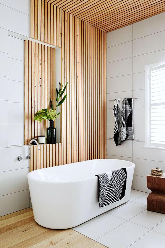 Bois et carrelage blanche, idée salle de bain deco pour le mur, que mettre sur les murs pour déco inspiration