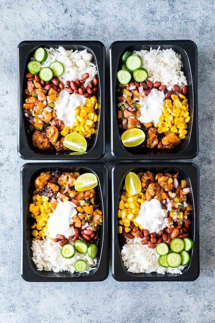repas du soir équilibré constitué de bouchées de poulet avec mais, haricots noirs, du riz et concombre fraiche