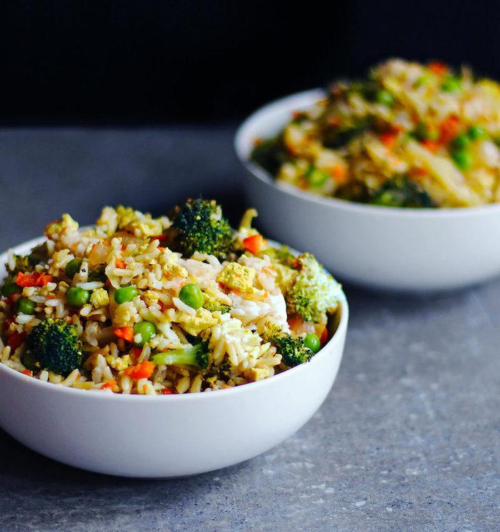 comment faire rizotto au riz et légumes, petits pois, brocolis, carotte dans un bol blanc, idée recette rapide vegetarienne sans viande
