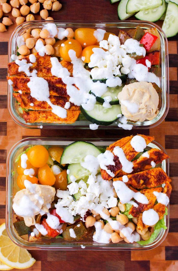 blanc de poulet aux épices avec tomates cerise, concombres, pois chiches autres légumes roties, miettes de fromage blanc, houmous maison