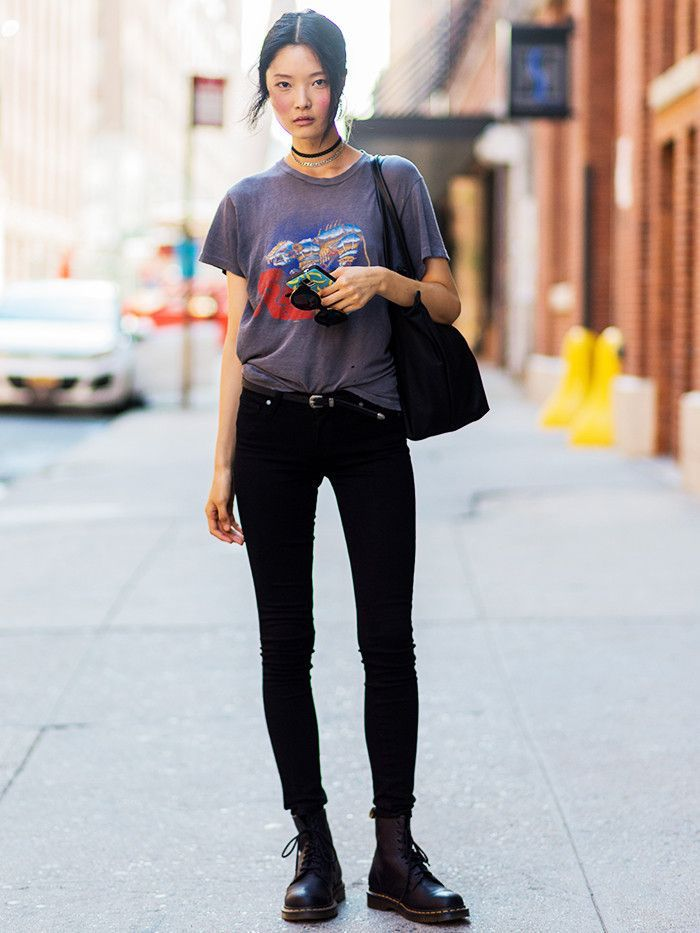T-shirt gris et jean noir, bottes dr martin image habit année 90, style vestimentaire année 90 tendances
