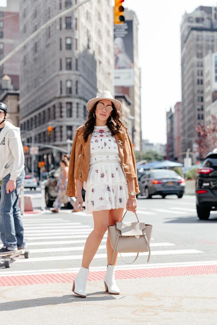 tenue bohème chic avec robe blanche boheme et bottines hautes assortie de capeline et lunettes de soleil tendance