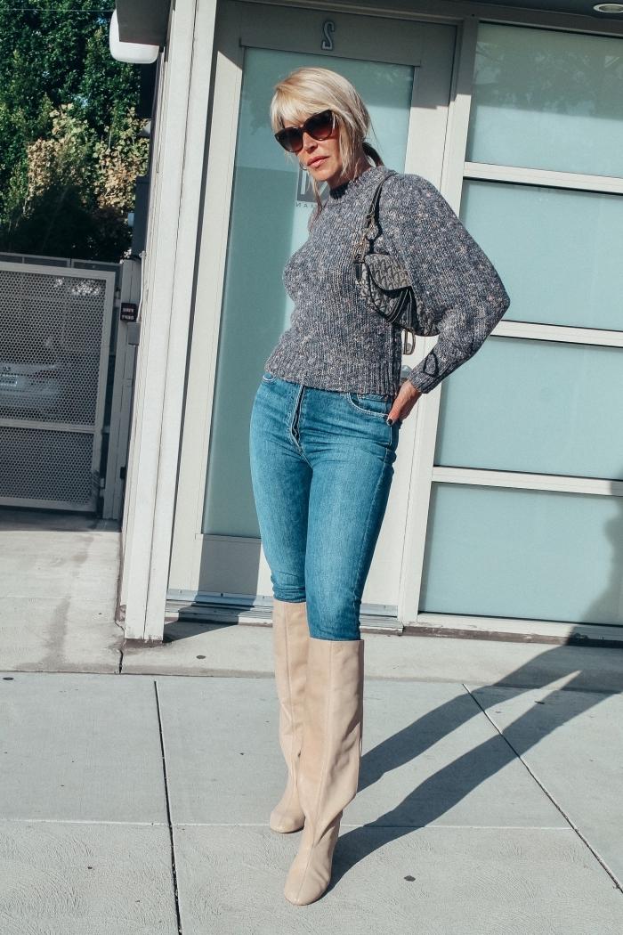 look femme semi casual en jeans et pull avec manches chauves souris, idée accessoires de style rétro chic pour femme