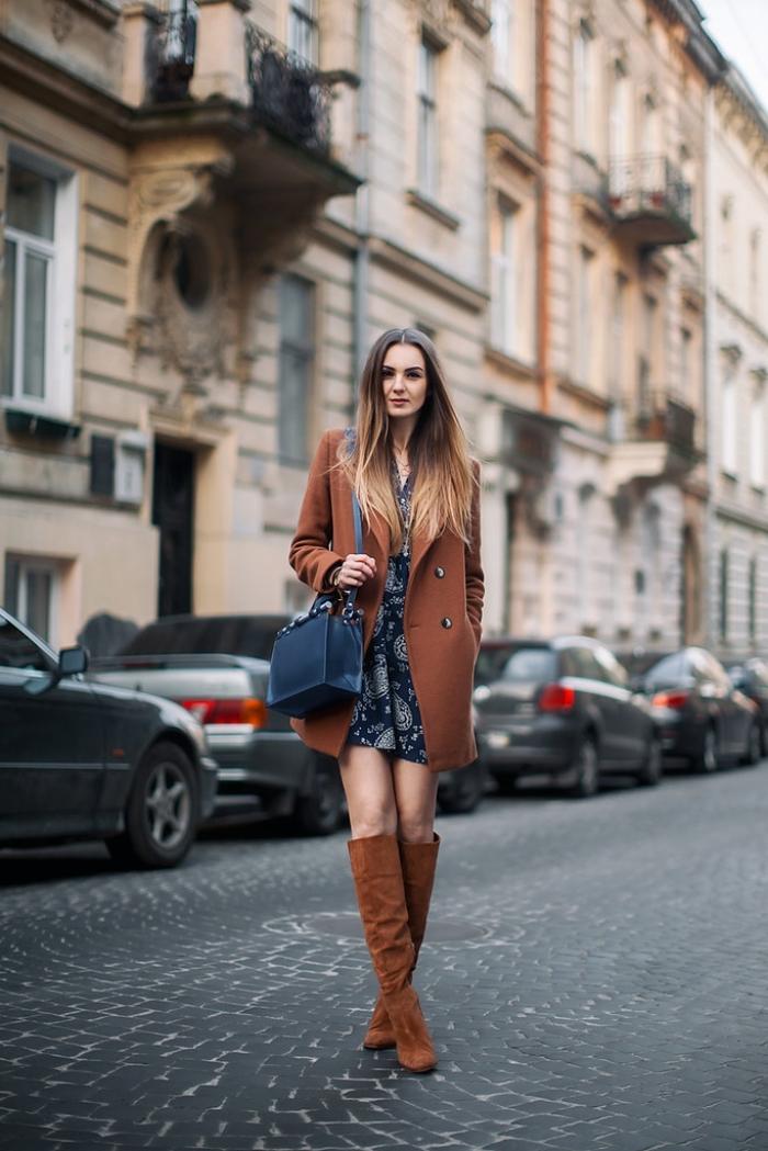vision femme chic de style rétro année 70, tenue en robe année 70 courte avec blazer long et bottes marron