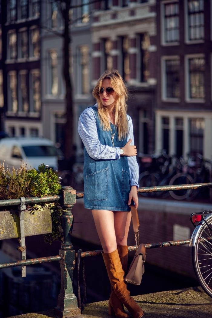 idée comment porter la robe année 70 en denim courte avec chemise rayures et bottes genoux en velours marron