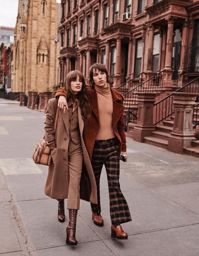 exemple de tenue vintage femme en costume 3 pièces porté avec bottes en cuir et sac à main de couleur marron